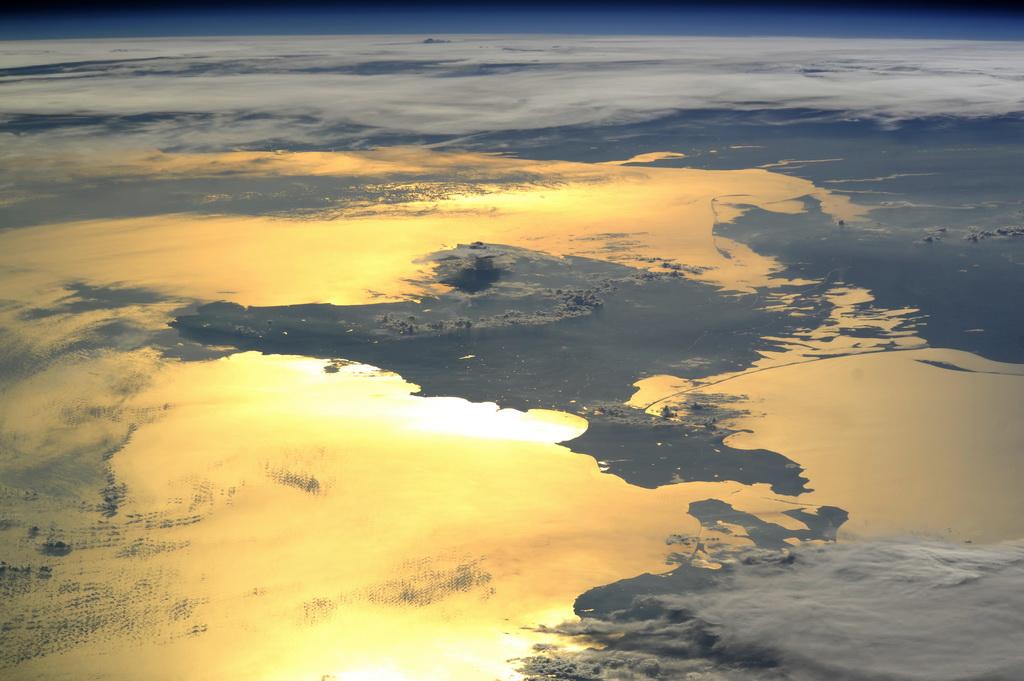 спокойного, мягкого ночной крым из космоса фото катколектора удалением катализатора