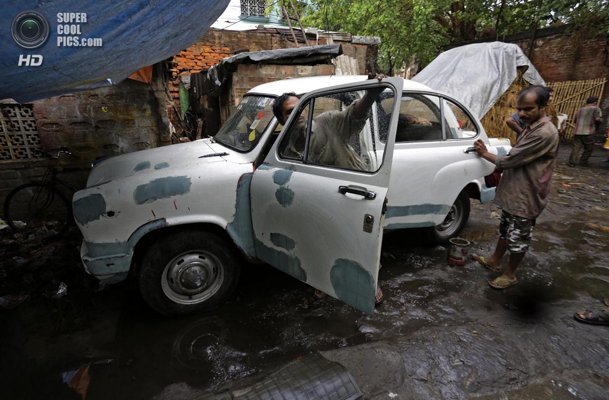 Индия. Калькутта, Западная Бенгалия. 26 мая. Hindustan Ambassador проходит ремонт в местной автомаст