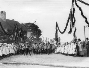 Императоры Николай II, Вильгельм II, принц Альберт и сопровождающие их лица направляются на парад войск.