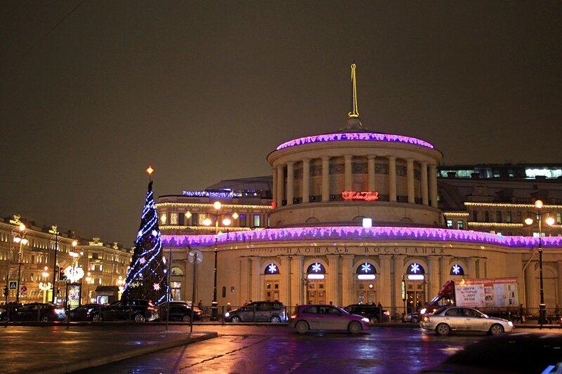 Станция метро «Площадь Восстания» в Санкт-Петербурге. Предновогодний вечер и праздничная иллюминация.