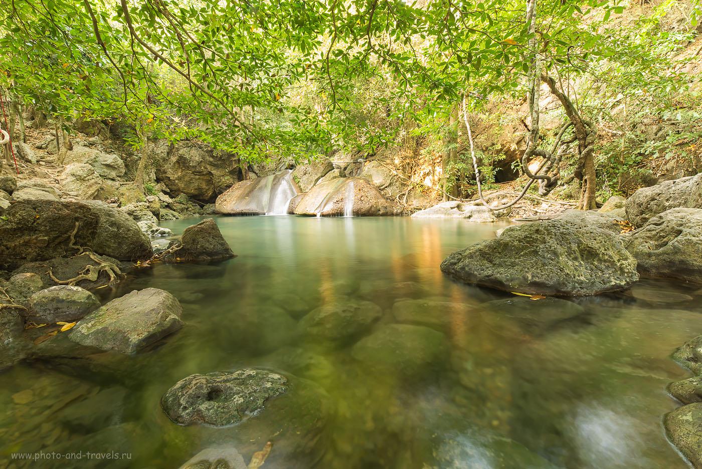 """Фотография 18. Четвертый уровень водопада Эраван (Erawan Falls). Глубина - с головкой. И здесь вас """"живьем"""" будут рыбки кушать. Тур по Таиланду за рулем арендованной машины."""