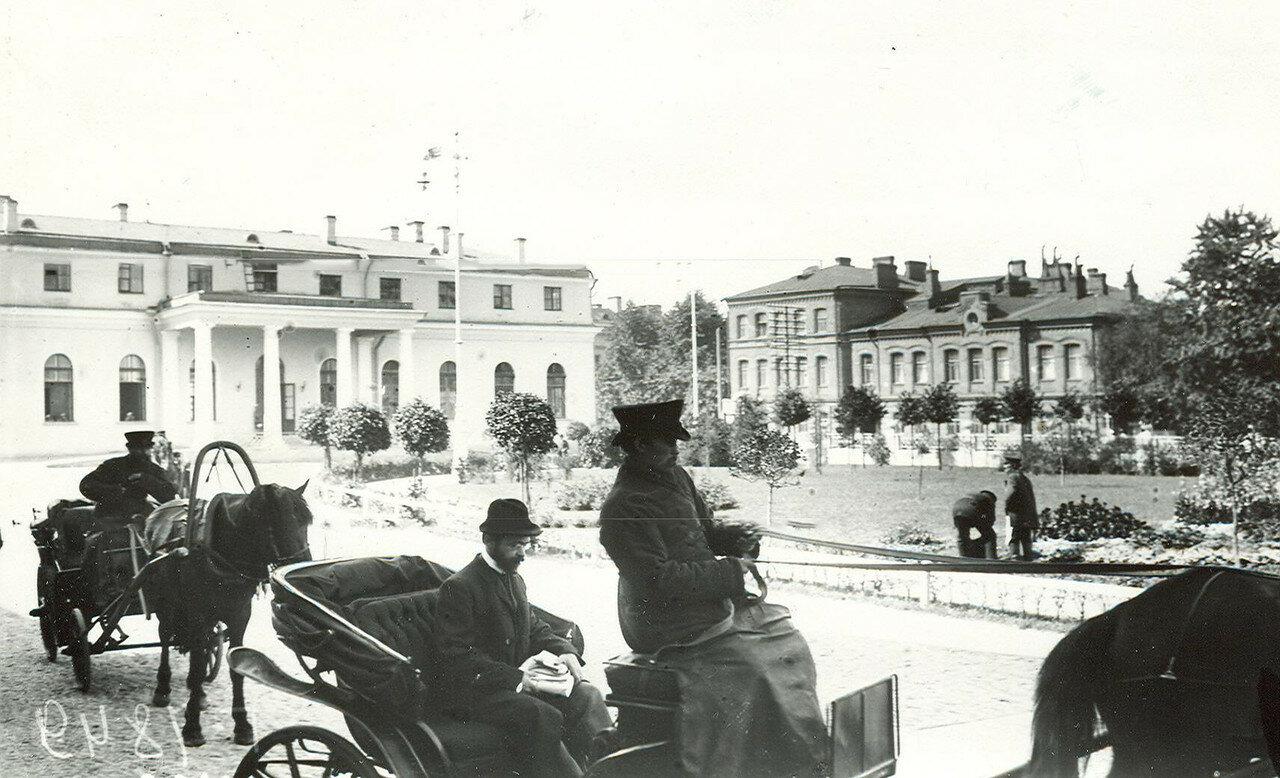Приезд депутата Первой Государственной думы на последнее заседание думы в Таврический дворец