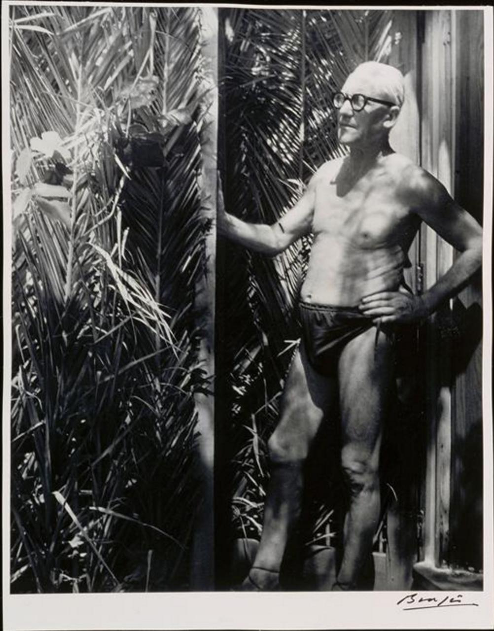 1952. Ле Корбюзье возле своего дома в Рокбрюн-Кап-Мартен на Французской Ривьере