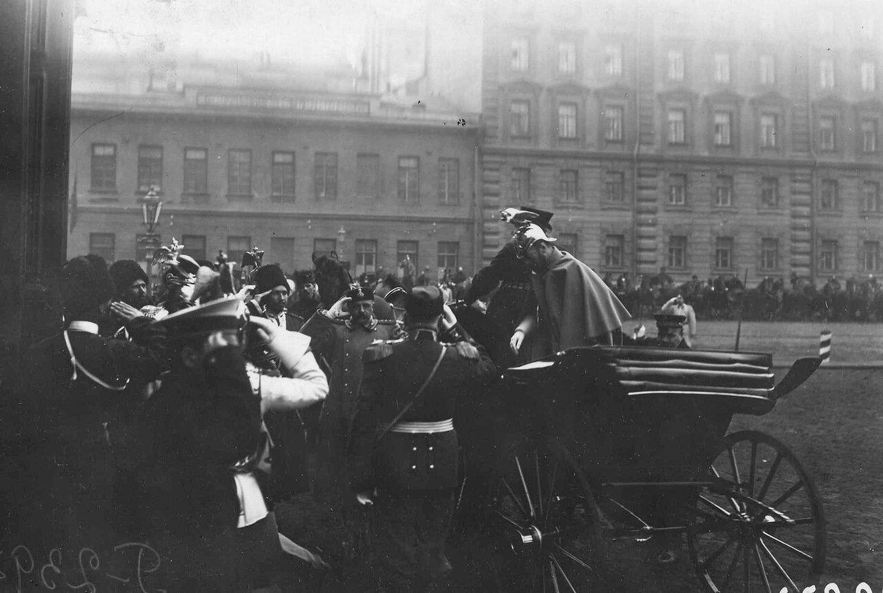 02. Император Николай II в форме лейб-гвардии Кирасирского его величества полка выходит из экипажа перед Николаевским вокзалом