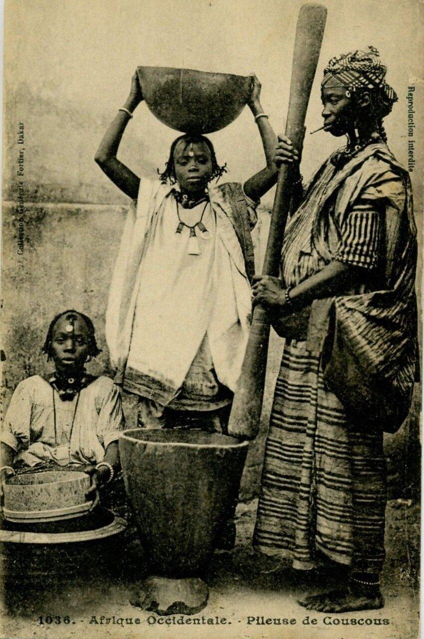 1918. Сенегал. Женщины за приготовлением кускуса