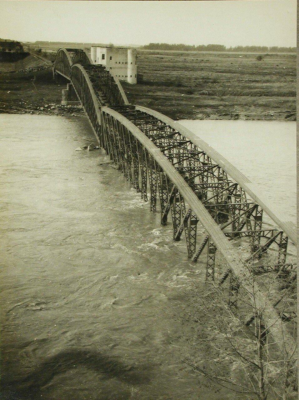 03. Вид части разрушенного железнодорожного моста через Днестр