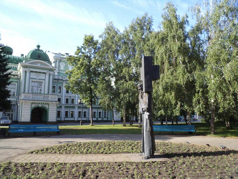 """Памятник Ф. М. Достоевскому """"Крест несущий"""""""