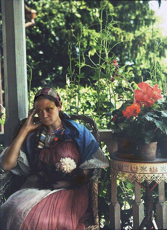 Н.Н. Штейнберг (младшая дочь композитора) на балконе главного дома.jpg