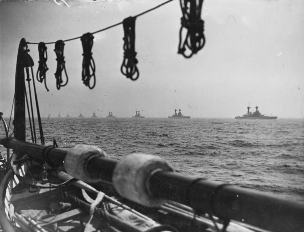 Fleet passing in review during fleet review at New York, 31 May 1934