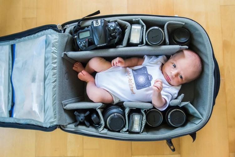 Фотографы снимают своих крошек детей в фотосумках