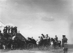 Персидский шах Мозафар-эд-дин в экипаже во время парада войск.