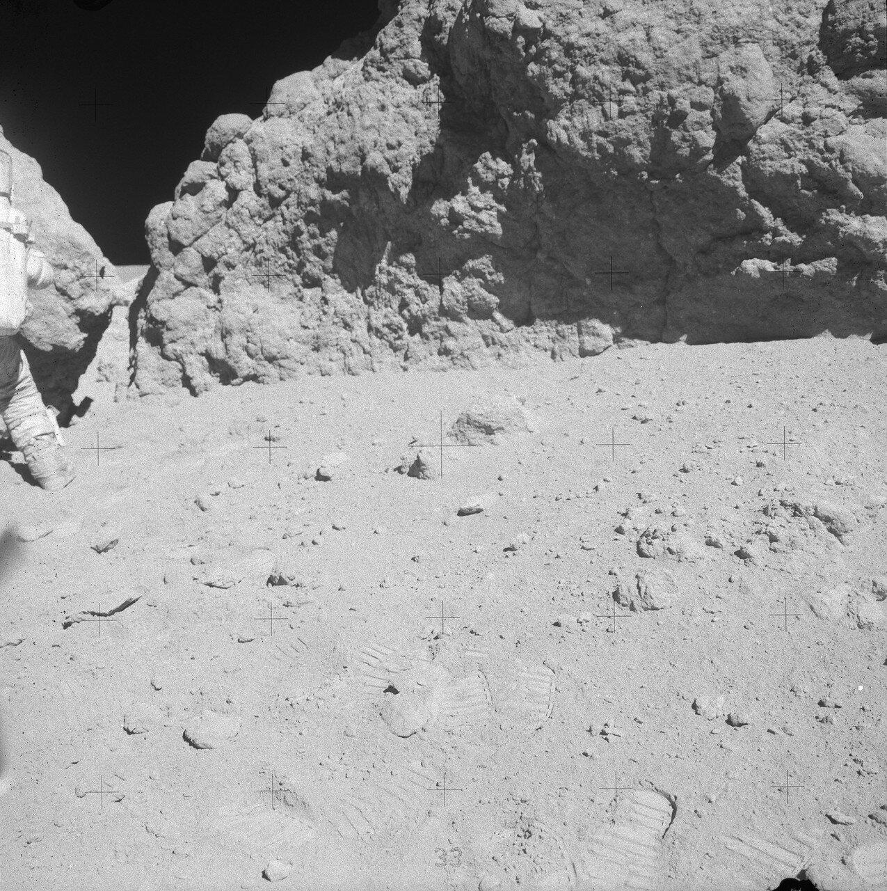 Хотя ЦУП решил продлить работу на Station 11, у астронавтов осталось всего 17 минут до отправления в обратный путь к лунному модулю, когда они дошли до скалы. Дьюк назвал её англ. House Rock. На снимке: Часть скалы House Rock (справа)