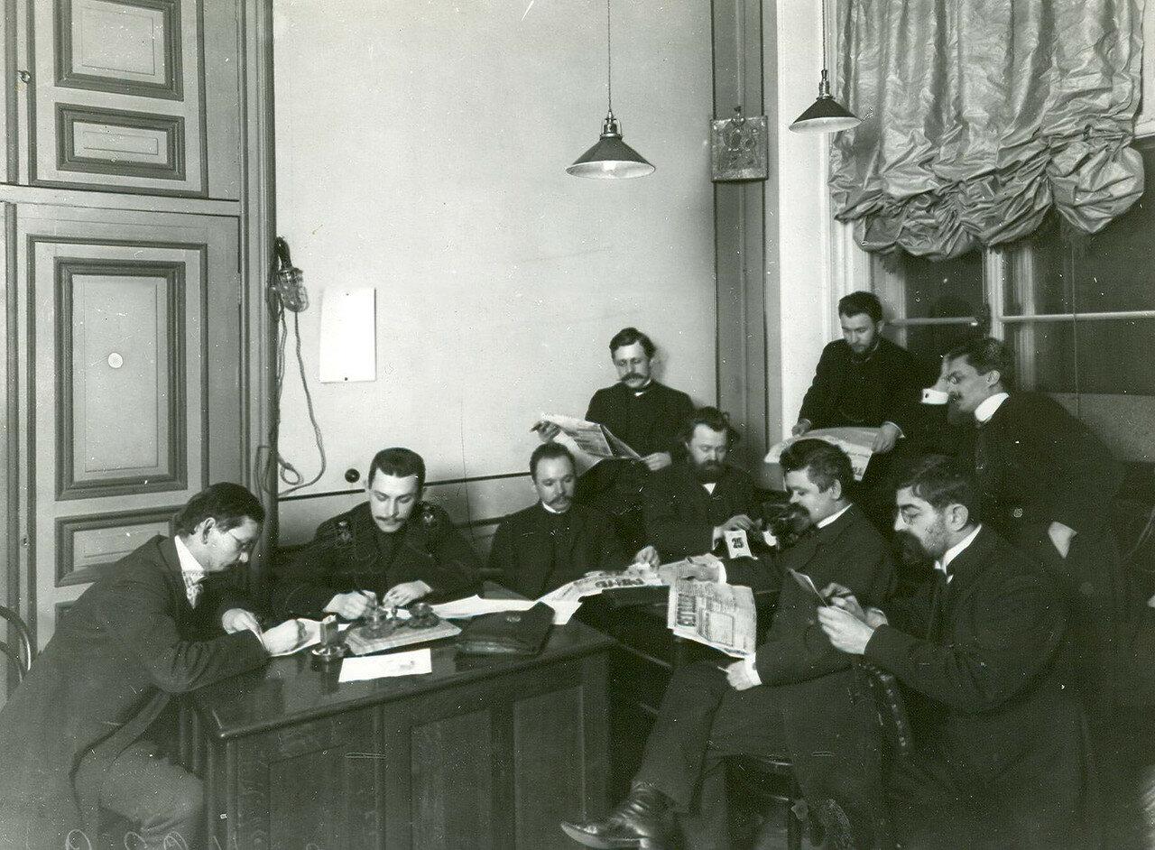 Группа депутатов Второй Государственной думы за чтением газет