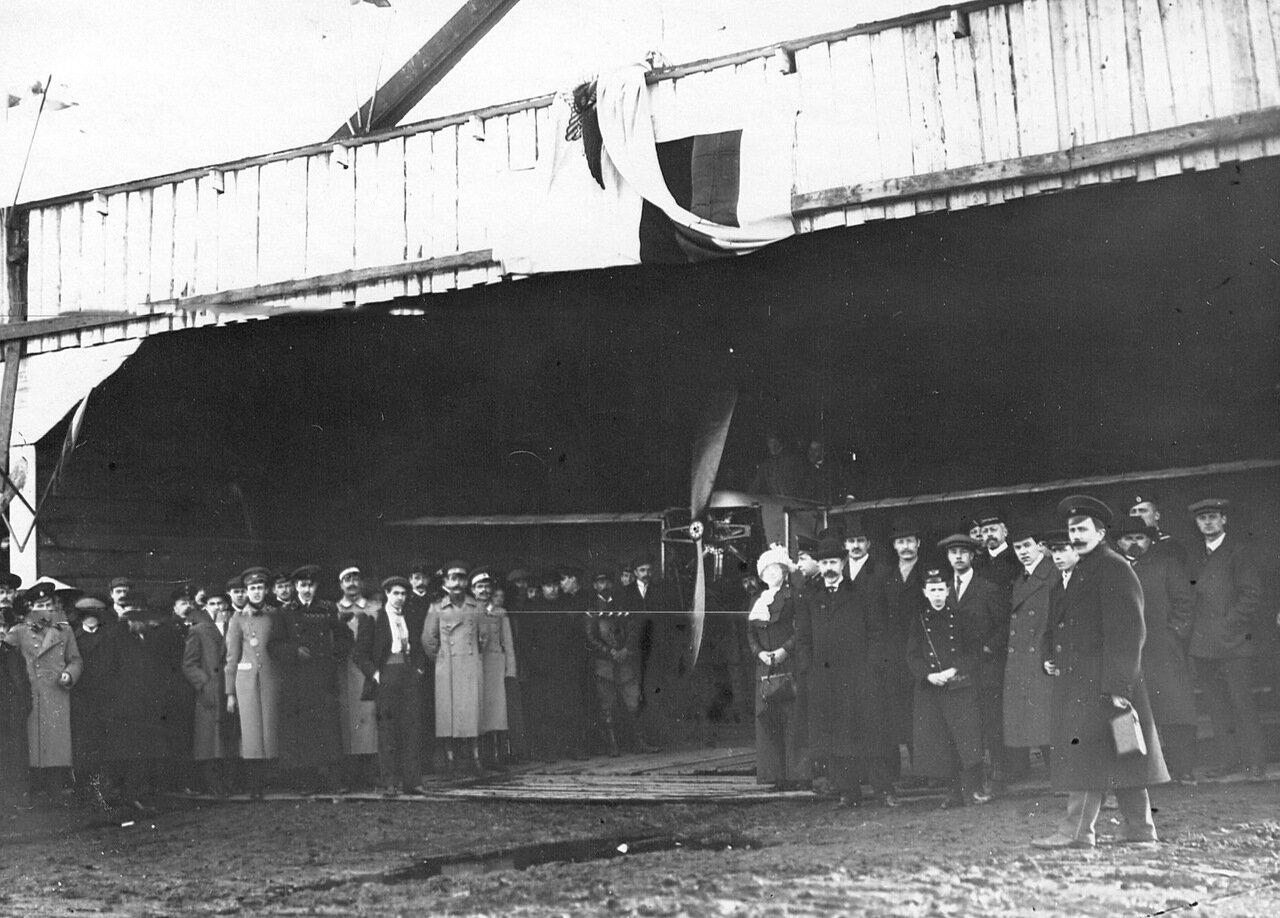 07. Участники открытия летательного сезона 1912 года у ангара. 5 мая 1912