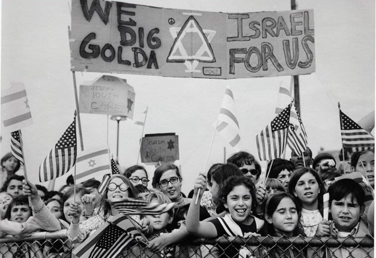 1969.  Дети приветствуют Голду Меир в аэропорту Филадельфии