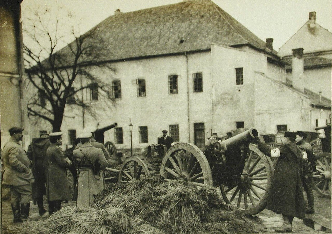 51. Русские офицеры осматривают орудия,оставленные австрийцами при отступлении из Лемберга