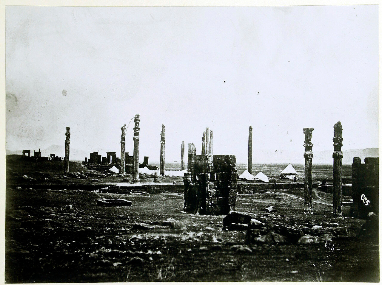Персеполь. Ворота Ксеркса или Ворота всех наций (на переднем плане) и Ападана Дария