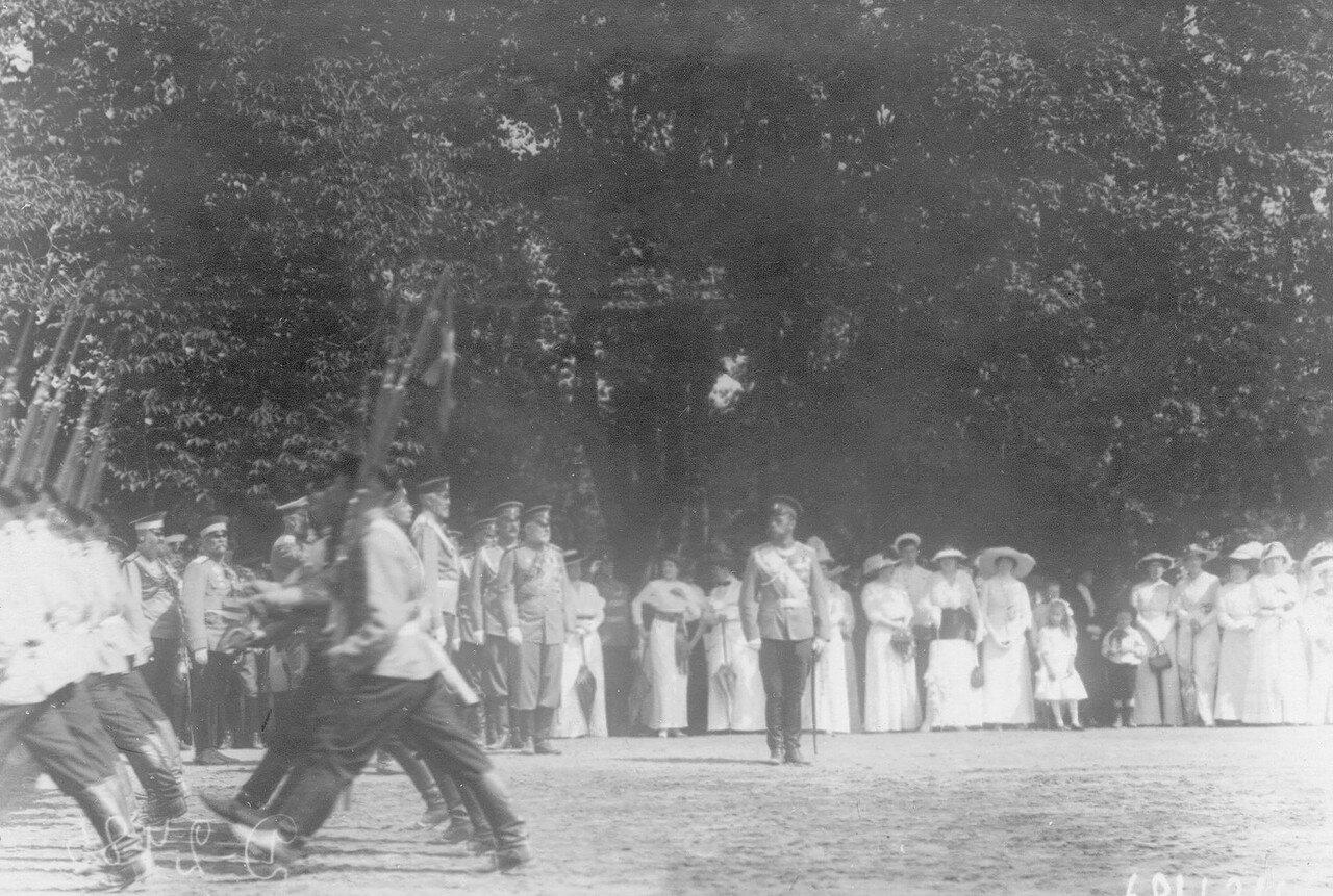 32. Император Николай II и высший офицерский состав принимают парад полка. Петергоф. 29 июня 1913