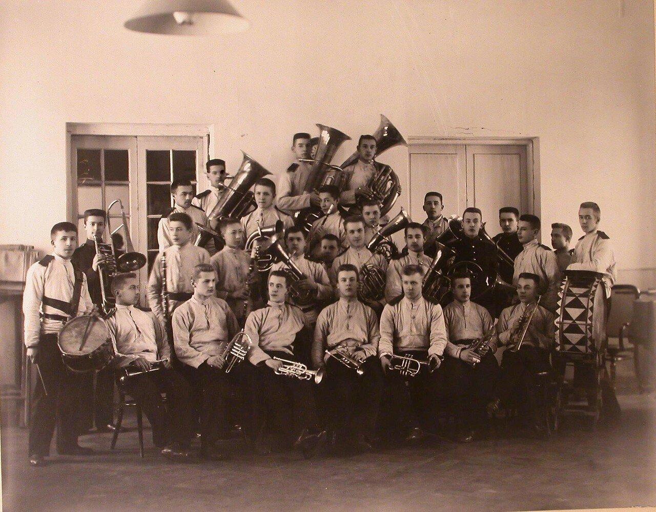 16. Оркестр духовых инструментов, состоящий из воспитанников старших классов кадетского корпуса