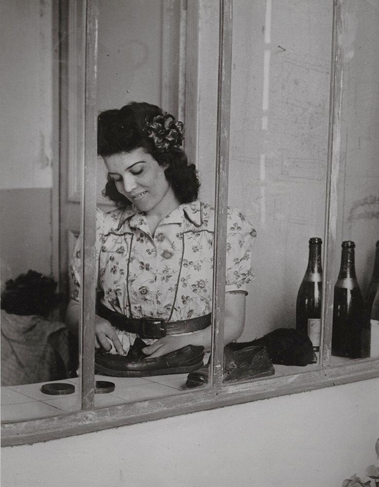 1944. Горничная Пикассо, Инес, с бутылками из-под вина и обувью