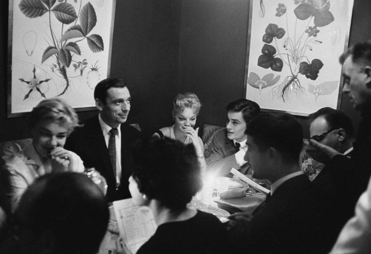 1958. Ален Делон с Симоной Синьоре, Ив Монтаном и Жаном-Клодом Бриали