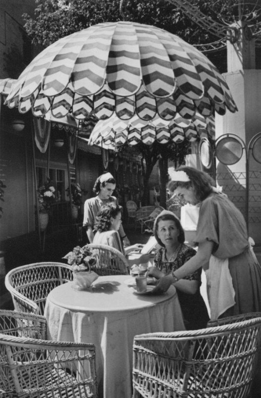 Летнее кафе. Автор Евзерихин Эммануил, 1956.jpg