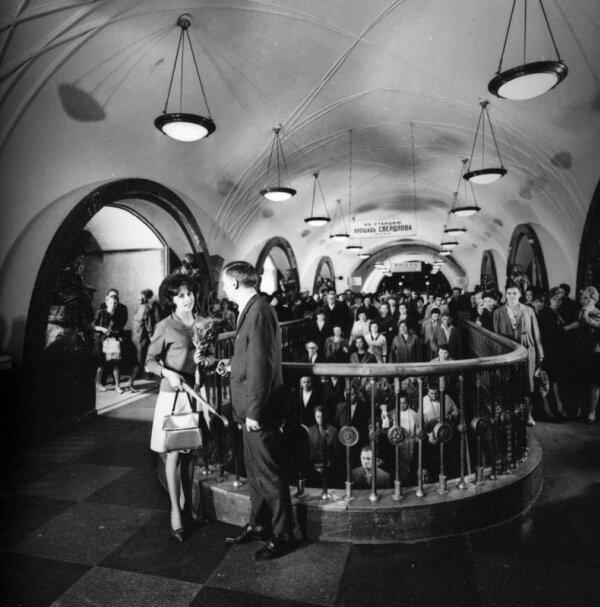 Свидание на станции метро Площадь Революции. Автор Егоров Василий, 1967.jpg