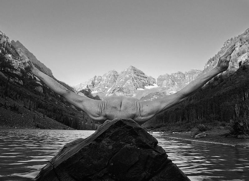 Фотограф использует свое нагое тело для создания фантастических миров (18 фото)