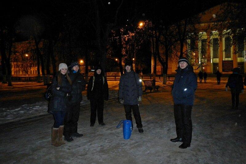 Группа астрономов-любителей на Театральной площади перед астровыездом в Шалегово (Оричи, Кировская область)