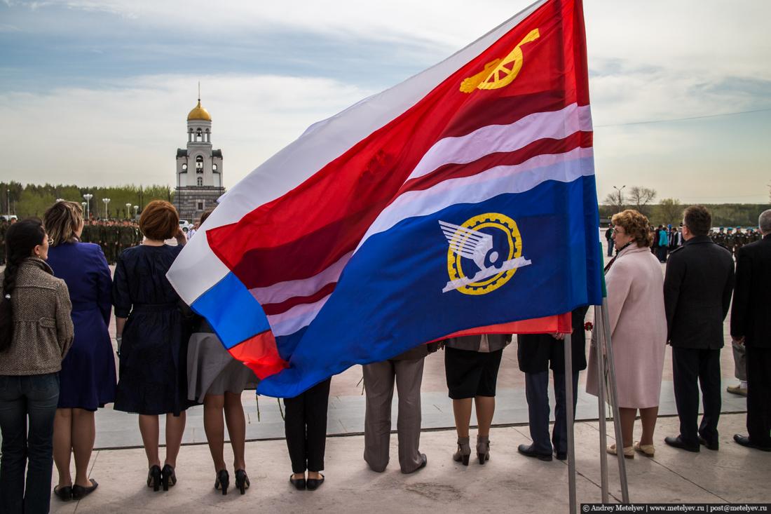 Толпа из депутатов под знаменем