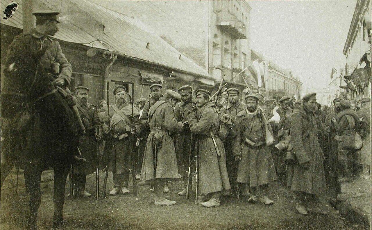 44. Русские солдаты одной из армейских частей на улице г.Кельце