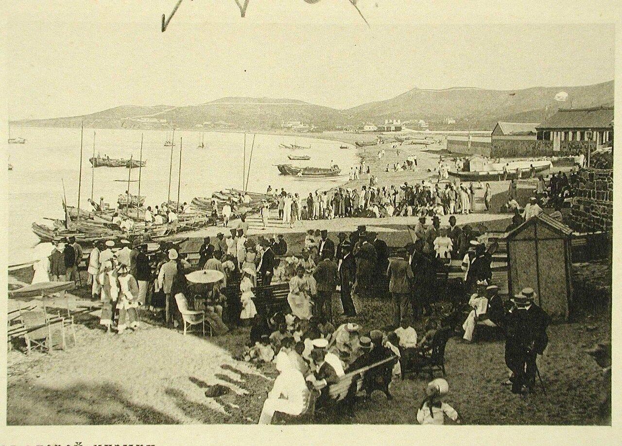 103. Вид части побережья, где отдыхает местная публика во время второго концерта музыкантов эскадры