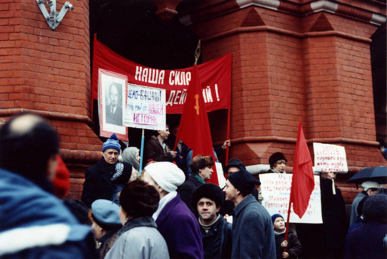 08. Протестующие возле музея Ленина