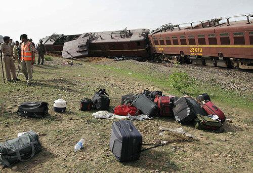 В индонезийской Джакарте поезд протаранил рейсовый автобус