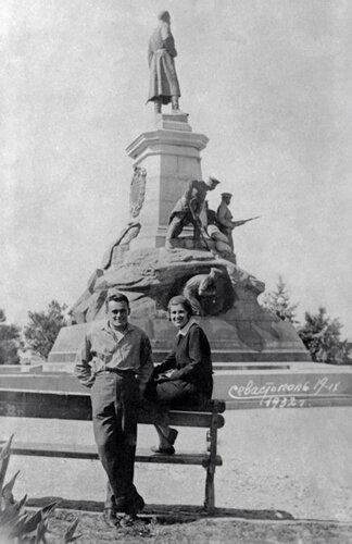 14 С женой Ксенией Максимилиановной Винцентини в Севастополе, 1932 год.jpg