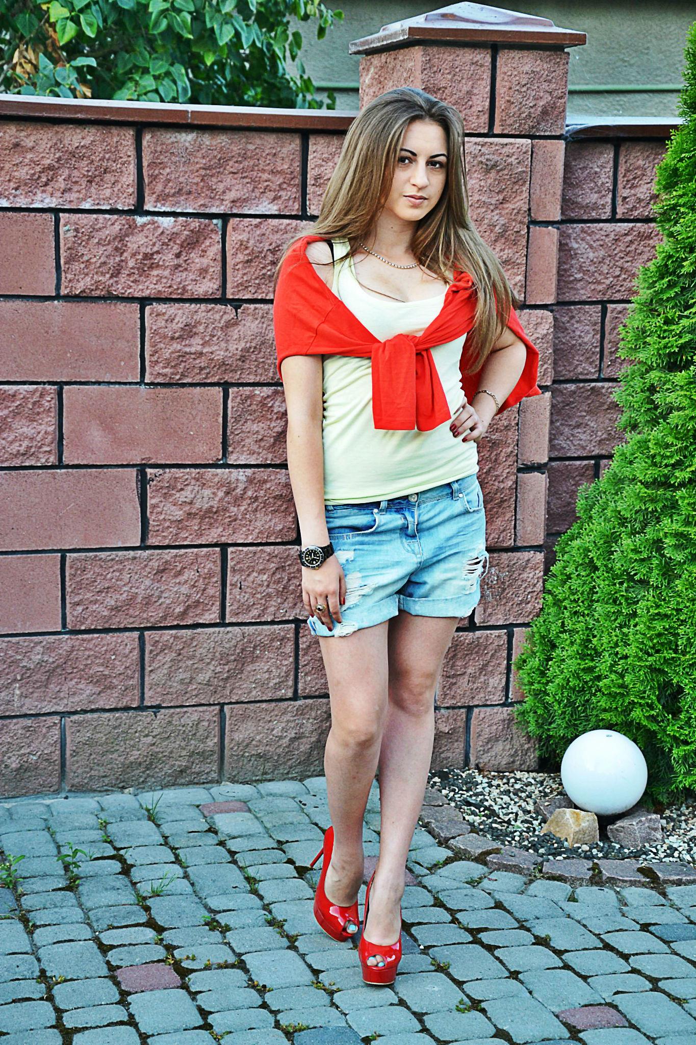 Девчонка в белом топике и джинсовых шортах