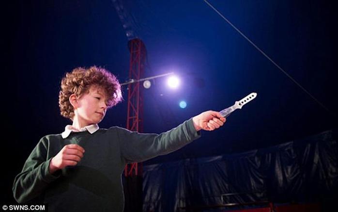 Мальчик в возрасте 10 лет выступает в цирке метателем ножей 0 11aacc 5196bb7e orig