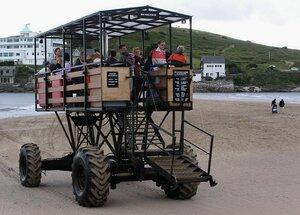 Морской трактор перевозит пассажиров через морской пролив
