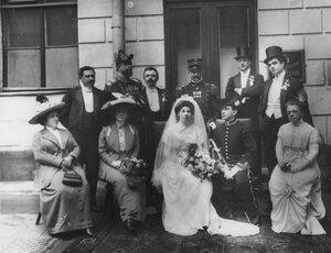 Итальянский король Виктор Эммануил III, члены его семьи, чета новобрачных и свита у подъезда здания.