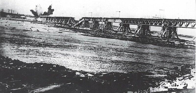 Разрушение в результате немецкого артобстрела временного моста через Неву на линии Поляны-Шлиссельбург