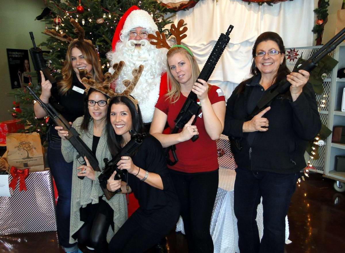 С автоматами в компании Санта-Клауса: Добропорядочные американцы готовятся к встрече Рождества (2)