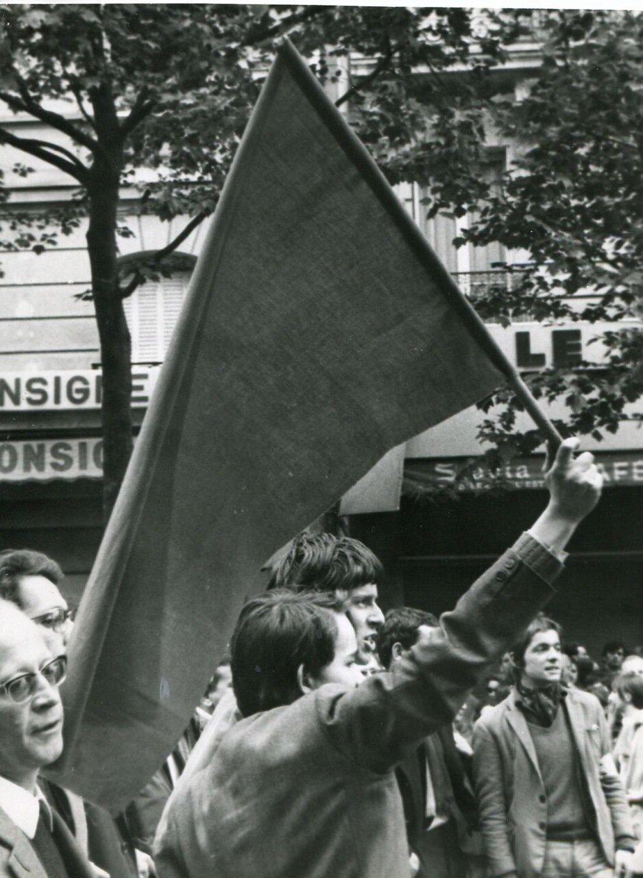 Протестующие на улице возле Лионского вокзала