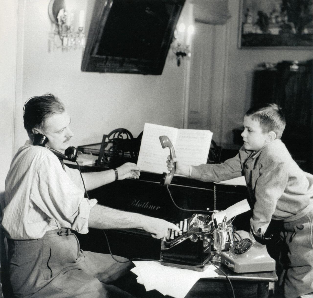1952. Писатель Сергей Михалков и его сын Никита
