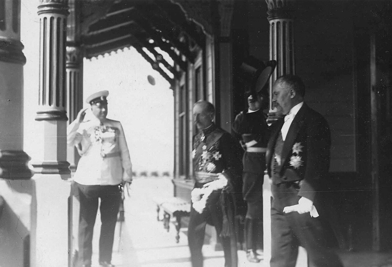 24. Р.Пуанкаре и сопровождающие его лица сходят с императорской яхты «Александрия» на Петергофскую пристань. 7 июля 1914