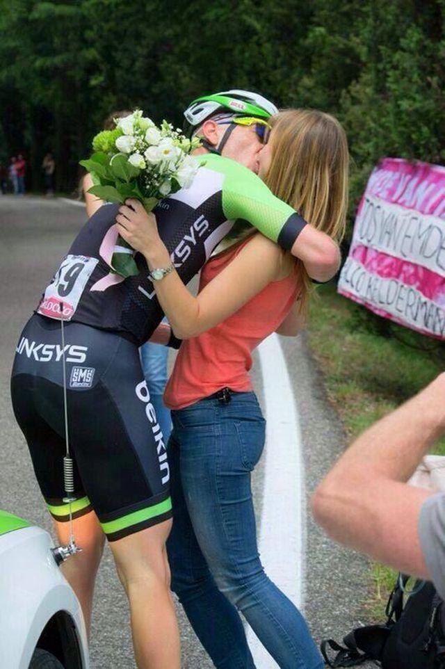 Голландский велогонщик сделал предложение своей девушке во время заезда