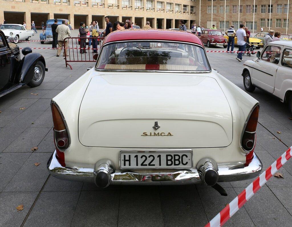 Парад ретроавтомобилей в Логроньо. Simca Vedette Chambord