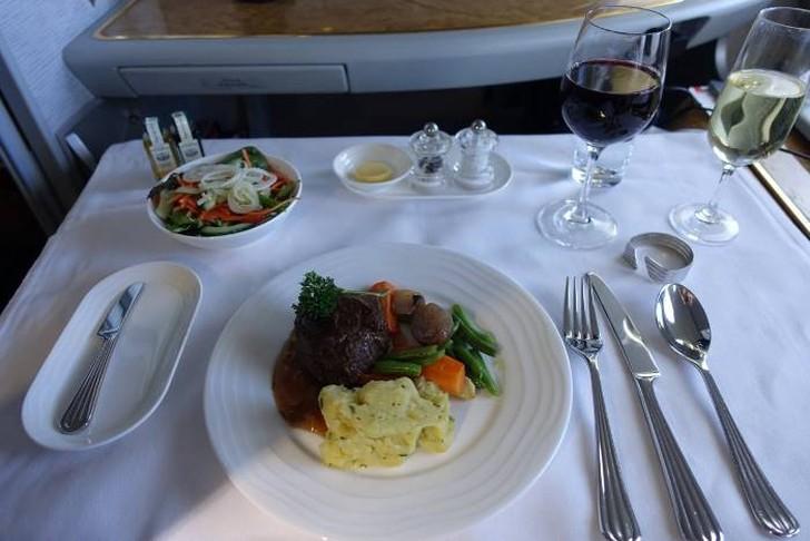 31. Я спросил стюардессу, какое вино подходит для моего стейка. Она предложила Chateau Gruaud Larose