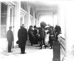Император Николай II и сопровождающие его лица проходят по Камероновой галерее.