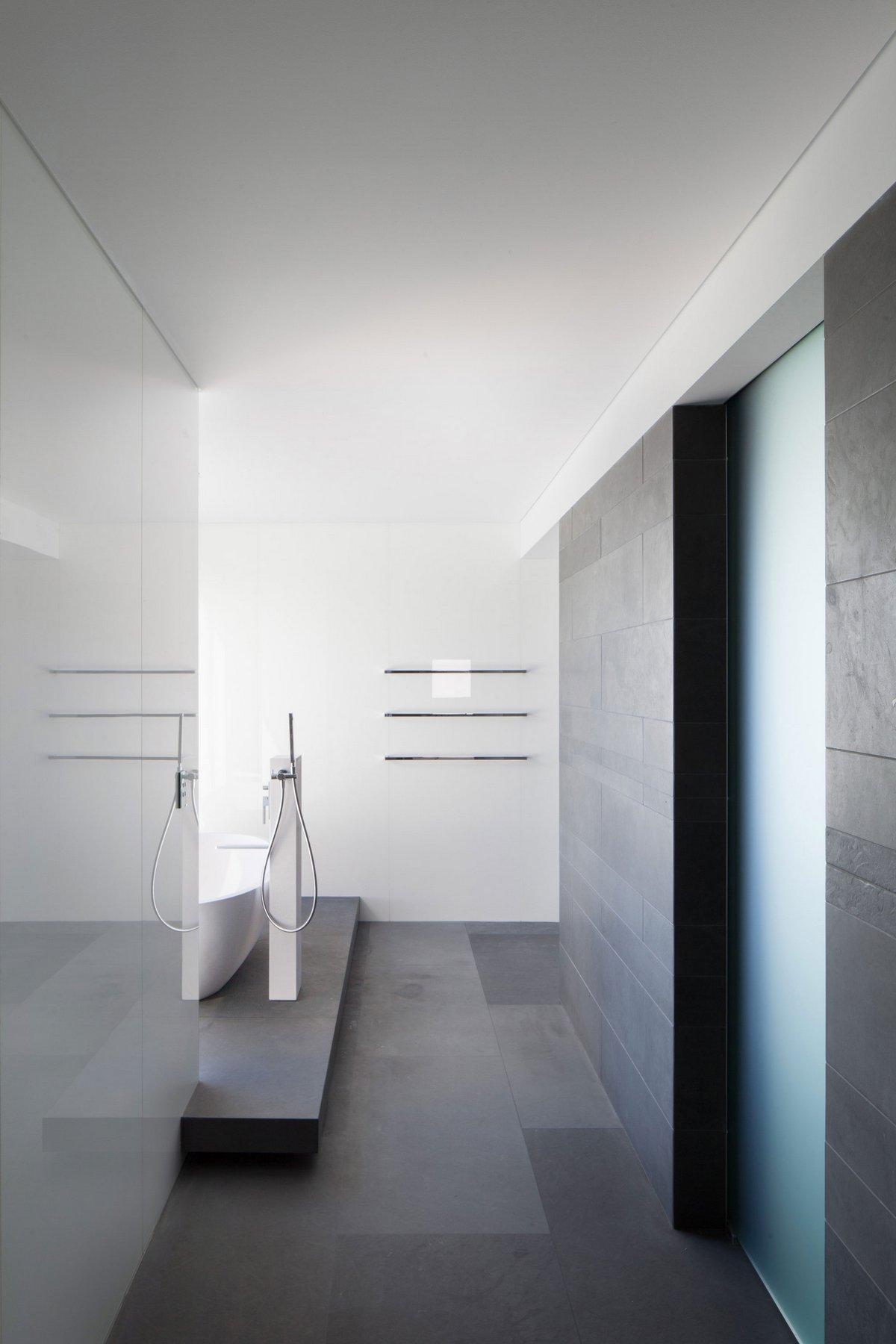 Пляжный дом, Hillam Architects, холл с лестницей в частном доме фото, варианты лестниц частный дом фото, оформление спальной комнаты