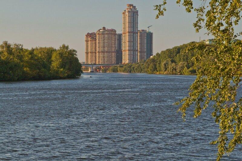 Вид на Строгинский мост и жилой комплекс «Алые паруса»
